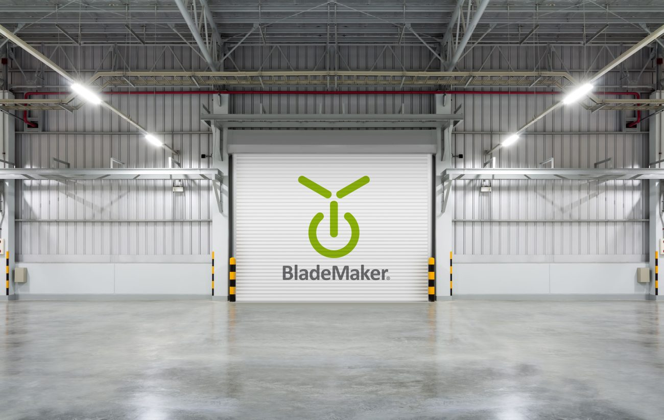 Das neue BladeMaker-Logo auf einem Rolltor