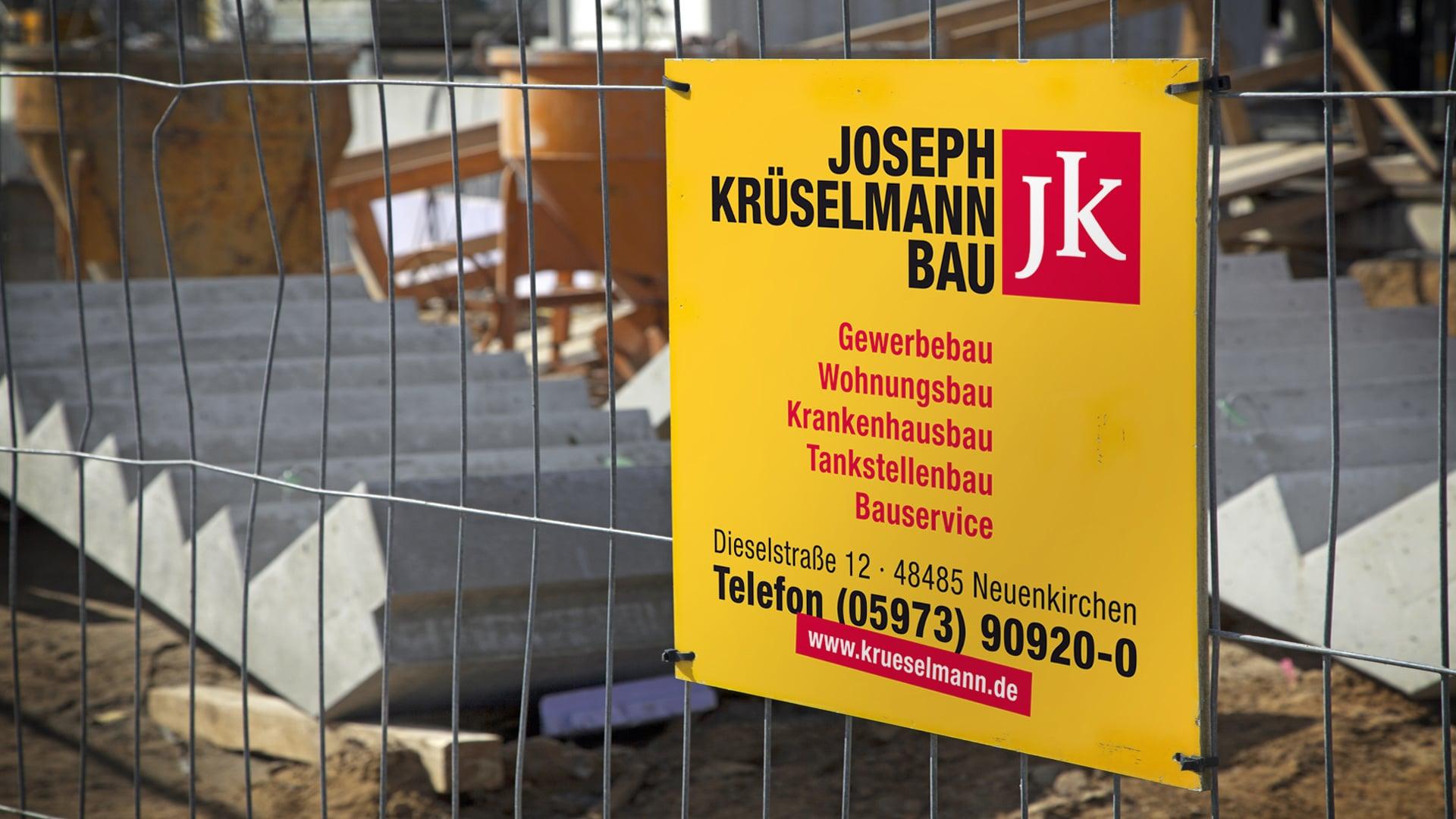 Krueselmann Print Bauzaunschild 2 - Markenauftritt mit Charakter für eine Marke mit Persönlichkeit – Corporate Design, Logoentwicklung, Grafikdesign, Webdesign, Kommunikationsdesign, Branding, Markenentwicklung, Werbetechnik