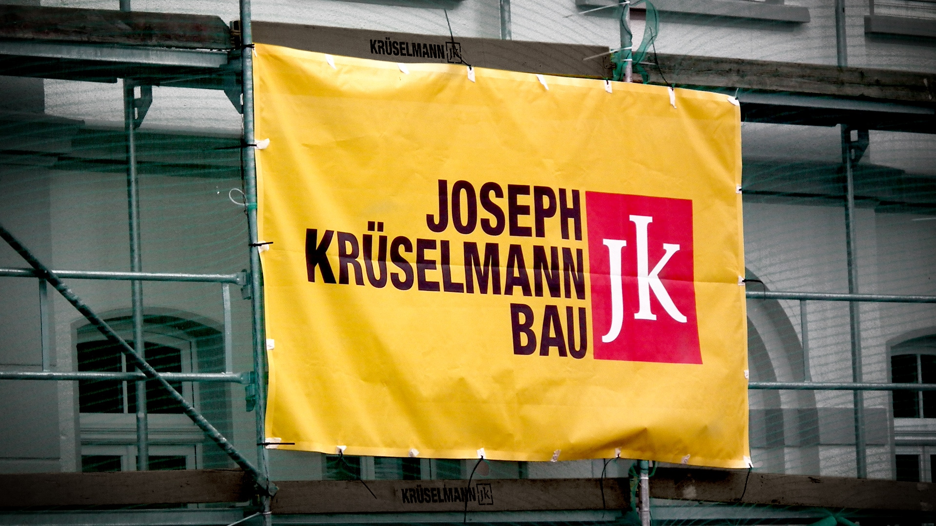 Krueselmann print bauzaun - Markenauftritt mit Charakter für eine Marke mit Persönlichkeit – Corporate Design, Logoentwicklung, Grafikdesign, Webdesign, Kommunikationsdesign, Branding, Markenentwicklung, Werbetechnik