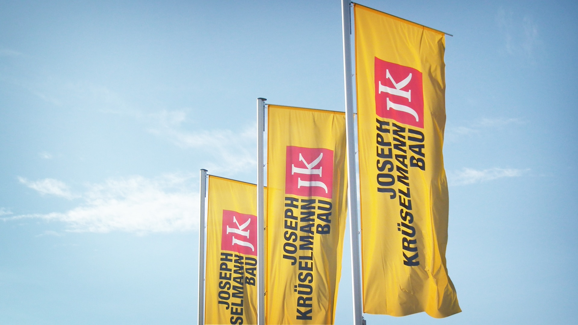 krueselmann corporate 3fahnen - Markenauftritt mit Charakter für eine Marke mit Persönlichkeit – Corporate Design, Logoentwicklung, Grafikdesign, Webdesign, Kommunikationsdesign, Branding, Markenentwicklung, Werbetechnik