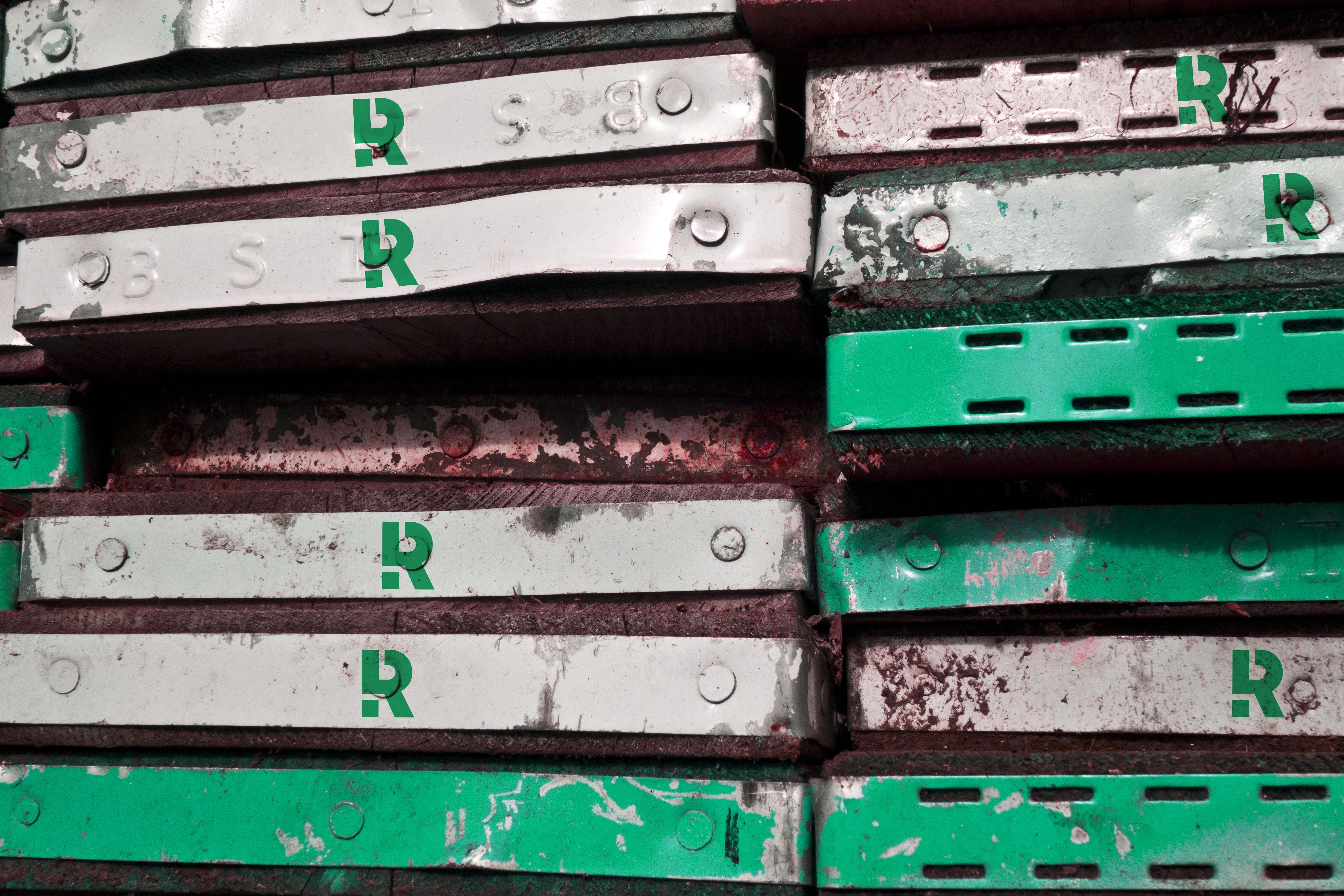 Das neue Signet der Rengers Hochbaugesellschaft auf Gerüstbrettern